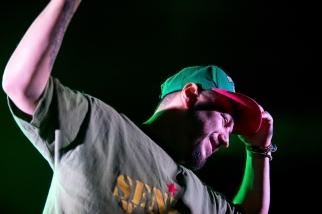 Bob Sikou, chanteur du groupe, s'exalte face aux festivaliers du Paléo. © Oreste Di Cristino / leMultimedia.info