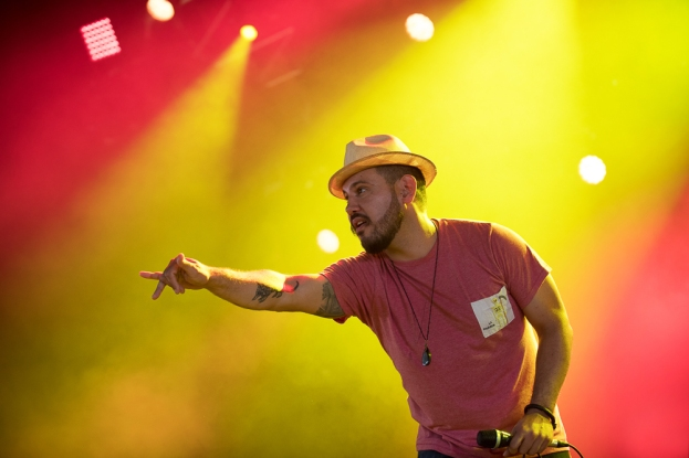 Boogát a communié avec son public tout au long de son set au Village du Monde mardi, en ouverture du 42e Paléo Festival. © Oreste Di Cristino / leMultimedia.info