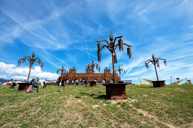 Les structures métalliques créées par Monic La Mouche sur la pente du quartier des Alpes de Paléo. © Oreste Di Cristino / leMultimedia.info