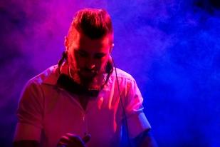 DJ Bisso (Gianluca Bissoli) aux platines lors du set de Bomba Titinka. © Oreste Di Cristino / leMultimedia.info