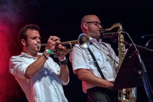 Marco Indino à la trompette et Gianmaria (Ito) Dazzi au saxophone soprano incurvé au Parc de Vernex lors du set de Bomba Titinka. © Oreste Di Cristino / leMultimedia.info