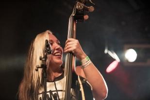 Wanda Lazzarovic à la contrebasse lors du concert de Bomba Titinka à Montreux. © Oreste Di Cristino / leMultimedia.info