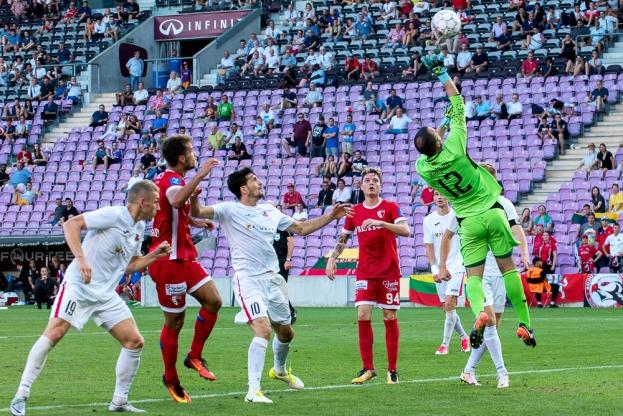 Ivan Kardum, le portier du FK Süduva, dévie de la main un corner venu de sa droite. © Oreste Di Cristino / leMultimedia.info