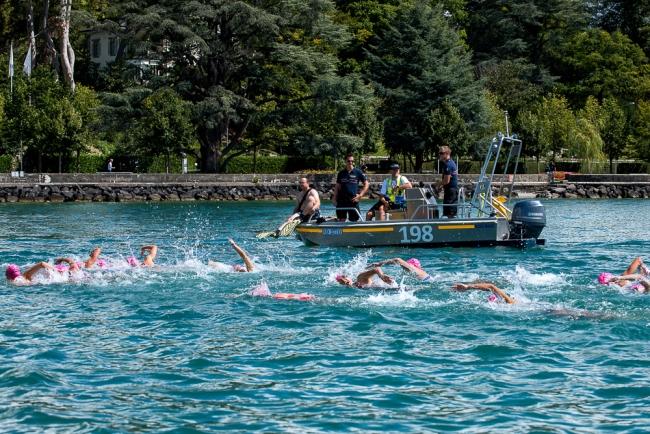 Les juniors féminines à l'épreuve des 750 mètres de natation dans l'eau du Lac Léman. © Oreste Di Cristino / leMultimedia.info