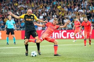 Steve von Bergen aura tenu son rang face aux attaquants du CSKA Moscou. Ici: Fedor Chalov (à droite). © Oreste Di Cristino / leMultimedia.info