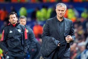 José Mourinho, imper dans la main, quitte Old Trafford au terme de la rencontre. Son air mi-figue mi-raisin est un leurre. Il est satisfait du résultat de son équipe. © Oreste Di Cristino / leMultimedia.info