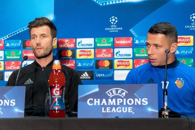 Lors de la conférence de presse à Old Trafford avec l'entraîneur du FC Bâle, Raphaël Wicky et son capitaine, Marek Suchý. © Oreste Di Cristino / leMultimedia.info