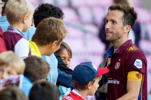 Anthony Sauthier au terme de la rencontre avec les fans servettiens présents au Stade de Genève. © Oreste Di Cristino / leMultimedia.info