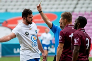Jérémy Greggia (AS Culin Rugby), à gauche, conteste quelque peu le deuxième carton jaune à Baldacini. © Oreste Di Cristino / leMultimedia.info