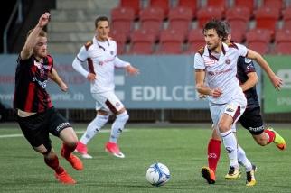 Miroslav Stevanovic (à droite), ici face à Thibault Corbaz, a inscrit ensuite le 1-2 cinq minutes plus tard (26e). © Oreste Di Cristino / leMultimedia.info