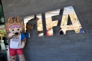 La mascotte de la Coupe du Monde 2018 en Russie amuse les photographes. © leMultimedia.info / Oreste Di Cristino