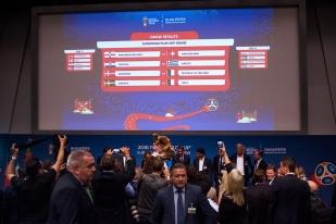 Les premières discussions après le tirage au sort des barrages au siège de la FIFA à Zürich. © leMultimedia.info / Oreste Di Cristino