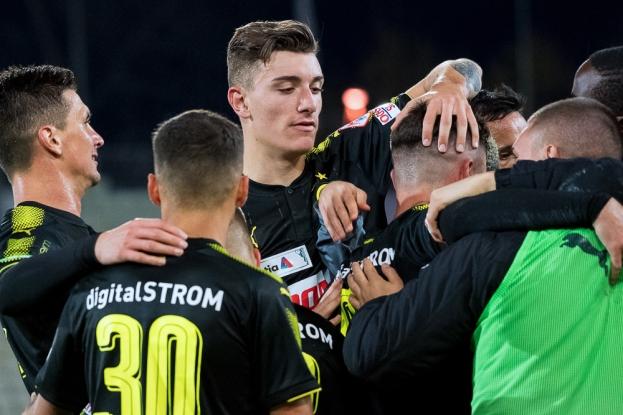 Cédric Zesiger félicite Marco Djuricin après son but à la 66e minute à la Pontaise. © leMultimedia.info / Oreste Di Cristino