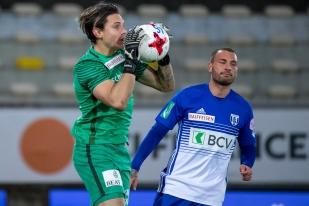 Francesco Margiotta (à droite) n'a jamais trouvé la solution face au gardien du FC Thoune, Francesco Ruberto. © leMultimedia.info / Oreste Di Cristino