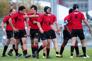 Stade Lausanne se félicite à l'heure de l'essai de Nicolas Lugeon au quart d'heure de jeu (14e). © leMultimedia.info / Oreste Di Cristino