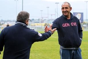 L'entraîneur principal de Genève Plan-les-Ouates (à droite) salué par son président Gilles Martino. © leMultimedia.info / Oreste Di Cristino