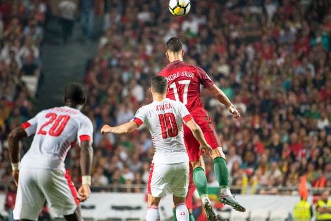 André Silva, homme du match, saute plus haut que tous les Suisses. Ici: Granit Xhaka (10) et Johan Djourou (20). © leMultimedia.info / Oreste Di Cristino