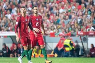 Le Portugal se qualifie pour la Coupe du Monde 2018 en Russie. Cristiano Ronaldo (7) et André Gomes (15) s'en félicitent. © leMultimedia.info / Oreste Di Cristino