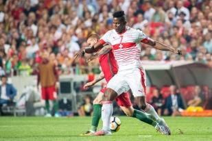 Breel Embolo tente également de s'imposer au contact d'un joueur portugais. © leMultimedia.info / Oreste Di Cristino