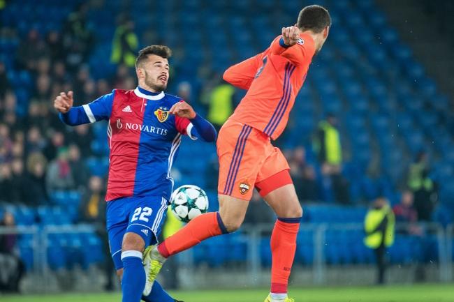 Albian Ajeti (à gauche) a connu à nouveau l'envergure continentale avec le FC Bâle, trois ans après sa dernière apparition. © leMultimedia.info / Oreste Di Cristino