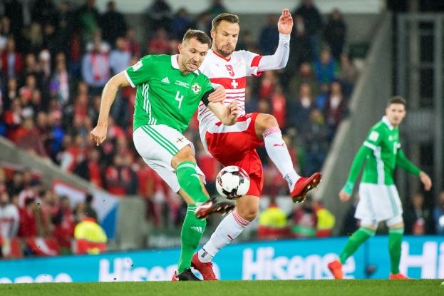 Haris Seferovic tente de contrer une relance du défenseur irlandais Gareth McAuley. © leMultimedia.info / Oreste Di Cristino