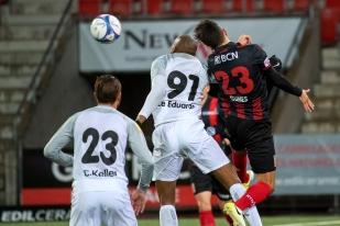 Mike Gomes au contraste avec le Brésilien du FC Wil, Ze Eduardo. © leMultimedia.info / Oreste Di Cristino