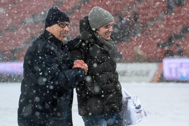 Le Président de Neuchâtel Xamax FCS, Christian Binggeli avec le convalescent Geoffrey Tréand. Les deux arborent un sourire aux lèvres. © leMultimedia.info / Oreste Di Cristino