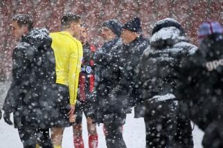 L'entraîneur de Neuchâtel Xamax FCS en discussion avec l'arbitre Lionel Tschudi lors du changement de ballons dans le courant de la première mi-temps. © leMultimedia.info / Oreste Di Cristino