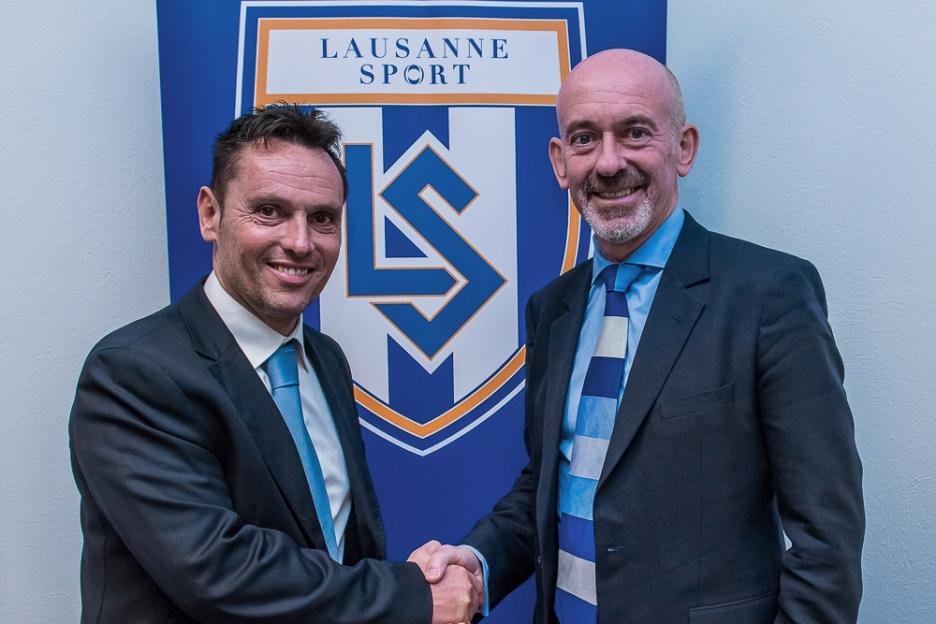 Pablo Iglesias (à gauche) et le nouveau président du FC Lausanne-Sport, David Thompson se sont livrés à une poignée de main solennelle en signe de bonne collaboration pours les années à venir. En arrière-plan, le nouveau logo du LS. © Jean-Luc Aubœuf / oneclick-photo.ch