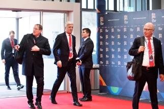 La délégation suisse arrive au SwissTech Convention Center. À l'image, se distinguent particulièrement Claudio Sulser (à gauche) et Vladimir Petkovic (au centre). © leMultimedia.info / Oreste Di Cristino