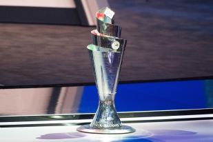 La Coupe de l'UEFA Nations League, posée au-devant de la presse et des officiels. © leMultimedia.info / Oreste Di Cristino