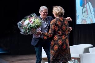 Irène Challand, responsable des films documentaires à la RTS (à droite), reçoit des fleurs de la part de Bernhard Russi pour le travail accompli. © leMultimedia.info / Oreste Di Cristino