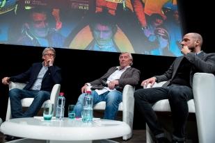 La tablée en fin de soirée avec Bernhard Russi (à gauche), Roland Collombin et le coréalisateur Florian Muller (à droite). © leMultimedia.info / Oreste Di Cristino