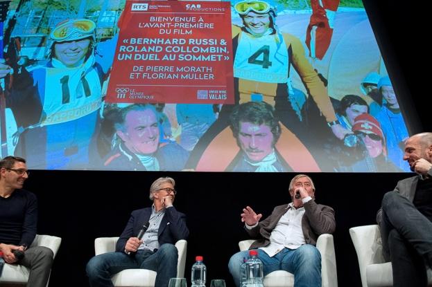 Après la diffusion du film documentaire, les deux champions suisses du ski alpin se sont entretenus avec les coréalisateurs, Pierre Morath (tout à gauche) et Florian Muller (tout à droite). © leMultimedia.info / Oreste Di Cristino