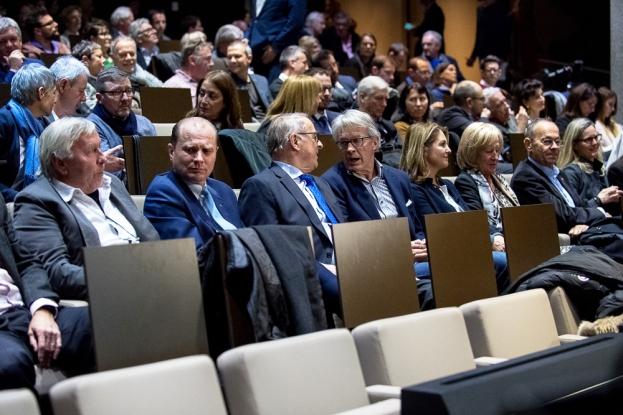 L'assistance à l'Auditorium du Musée Olympique de Lausanne. De nombreuses personnalités ont fait le déplacement. Au premier rang figurent, de gauche à droite, Roland Collombin, le Conseiller d'État Philippe Leuba, l'ancien Président de la Confédération Adolf Ogi et Bernhard Russi. © leMultimedia.info / Oreste Di Cristino