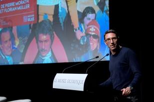 Le coréalisateur du documentaire Pierre Morath introduit l'assistance à son travail. © leMultimedia.info / Oreste Di Cristino