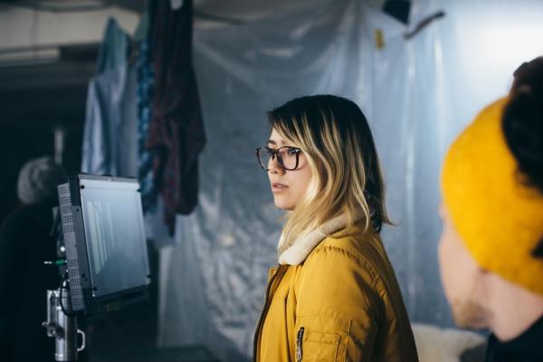 """La réalisatrice Mei Fa Tan aux commandes du tournage du clip """"PTTFLR"""" de Fabe Gryphin. © Anne Gerzat"""