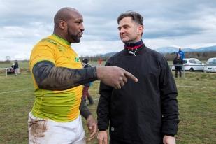 Olivier Nier (à droite) en discussion avec le troisième ligne du Stade Français de Paris Bakary Meité. © leMultimedia.info / Oreste Di Cristino