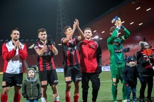 La fête est totale à la Maladière après la victoire en remontée des Rouges et Noirs sur le FC Aarau (3-1). © leMultimedia.info / Oreste Di Cristino