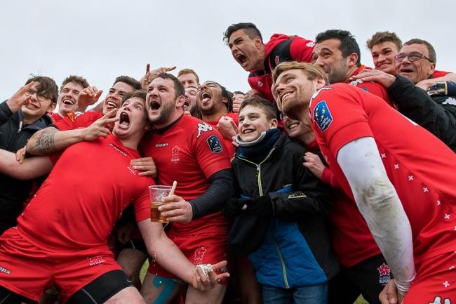 En fin de match, la communauté suisse réunie dans la bonne humeur. © leMultimedia.info / Oreste Di Cristino