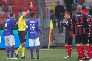 À la 95e minute, match terminé, Liridon Mulaj et Imran Bunjaku ont écopé d'un carton rouge. Les deux sont sous la menace d'une suspension. © leMultimedia.info / Oreste Di Cristino
