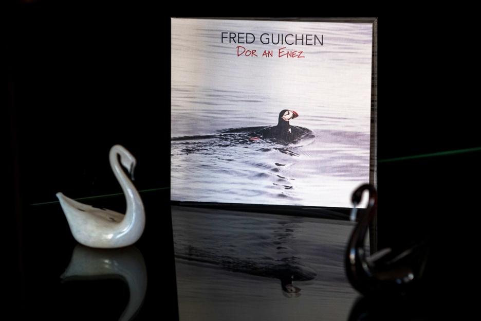 """""""Dor an Enez"""" est le nouvel album de Fred Guichen, sorti le 13 avril 2018. Sur la première de couverture, l'image d'un macareux moine, symbole de rareté, de beauté mais aussi d'union entre les peuples de l'Atlantique (très) Nord. © leMultimedia.info / Oreste Di Cristino"""