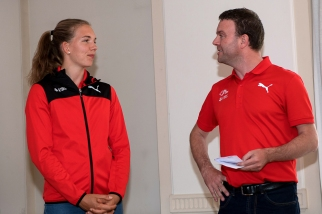 Beat Freihofer, chef de la communication à Swiss Athletics (à droite), lance la jeune heptathlonienne de 19 ans sur ses prochaines ambitions, à commencer par le meeting de Götzis ce week-end en Autriche. © leMultimedia.info / Oreste Di Cristino