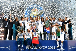 KIEV, UKRAINE - MAY 26: Marcelo of Real Madrid lifts The UEFA Champions League trophy following their side's victory in the UEFA Champions League Final between Real Madrid and Liverpool at NSC Olimpiyskiy Stadium on May 26, 2018 in Kiev, Ukraine. (Photo by Stuart Franklin - UEFA/UEFA via Getty Images)