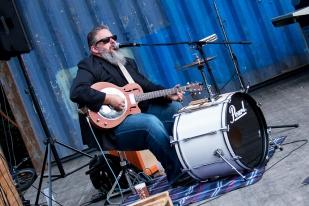 Big Papa Binns est un one man band enjoué qui, néanmoins, cueille l'occasion dans l'Arkansas et dans le Mississippi de jouer en duo avec son fils Zakk. © leMultimedia.info / Oreste Di Cristino