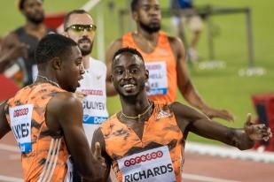 Noah Lyles (à gauche) félicite ses concurrents au terme des 200 mètres à Doha. Ici: Jareem Richard (en premier plan), puis Ramil Guliyev et Nethaneel Mitchell-Blake en arrière-plan. © leMultimedia.info / Oreste Di Cristino