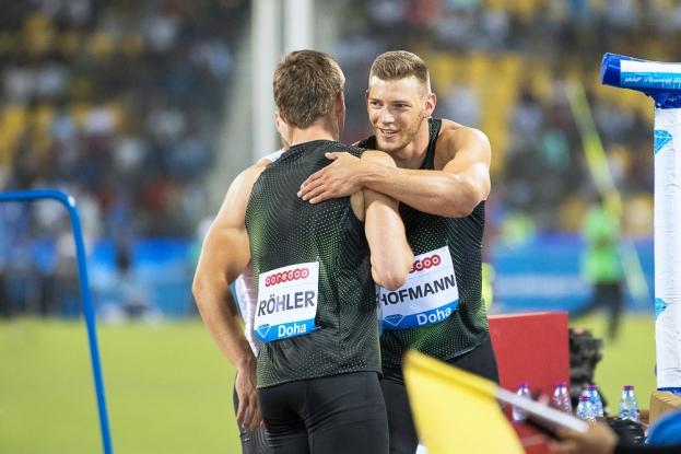 Thomas Röhler (1er) et Andrea Hofmann (3e), tous deux Allemands, se félicitent après le concours du lancer du javelot à Doha. © leMultimedia.info / Oreste Di Cristino