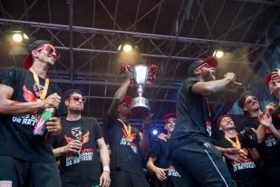 Le trophée a fait le plein de champagne au terme d'une dernière abondance de buts 6-3 face au FC Wil. © leMultimedia.info / Oreste Di Cristino