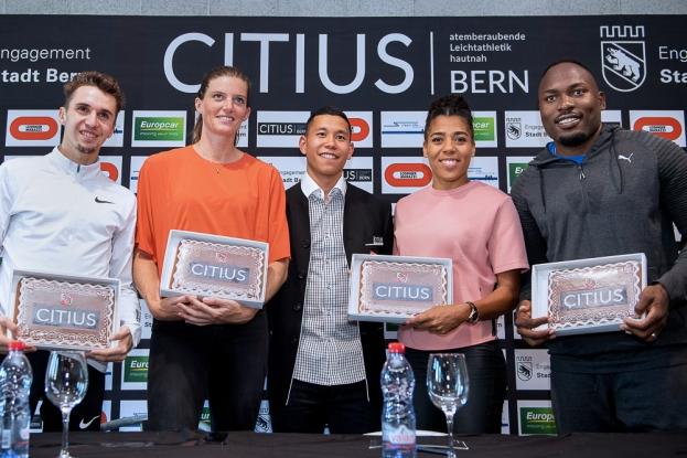 Les athlètes posent après la conférence de presse au Wankdorf avec des tablettes à l'effigie du meeting de CITIUS. © leMultimedia.info / Oreste Di Cristino