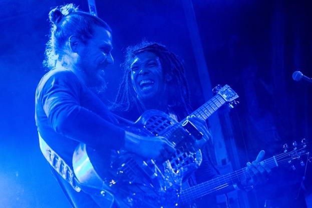 Dans la brume du soir, The Two a, à nouveau, porté son public dans une nouvelle dimension. © leMultimedia.info / Oreste Di Cristino